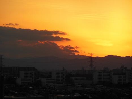 雲に隠れた富士の夕焼け