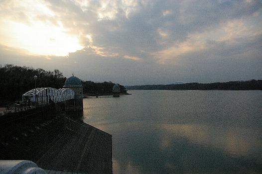 夕暮れの多摩湖