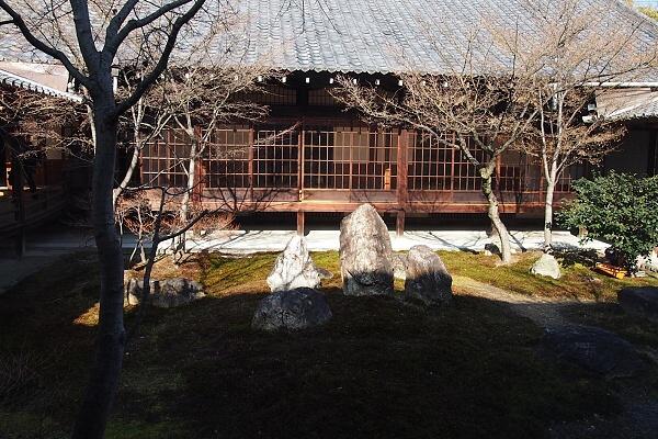 大方丈と書院をつなぐ渡り廊下の潮音庭 三連の庭