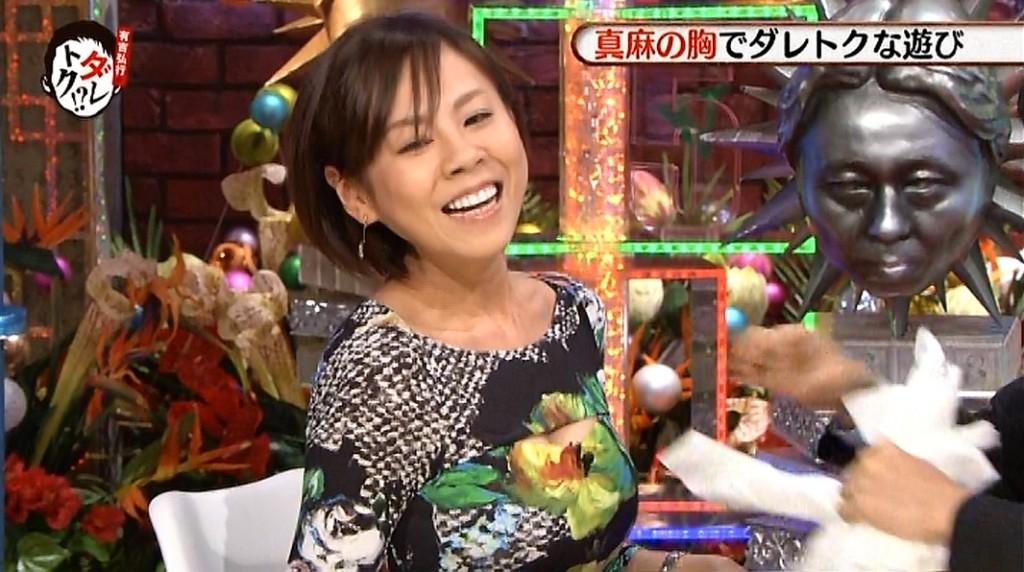 「ダレトク」で高橋真麻の胸元からティッシュを引き出す有吉弘行
