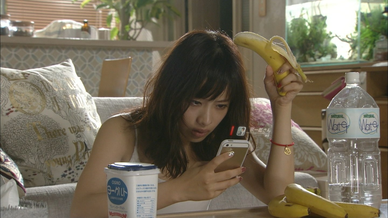 ドラマ「ディア・シスター」でバナナを食べる石原さとみ