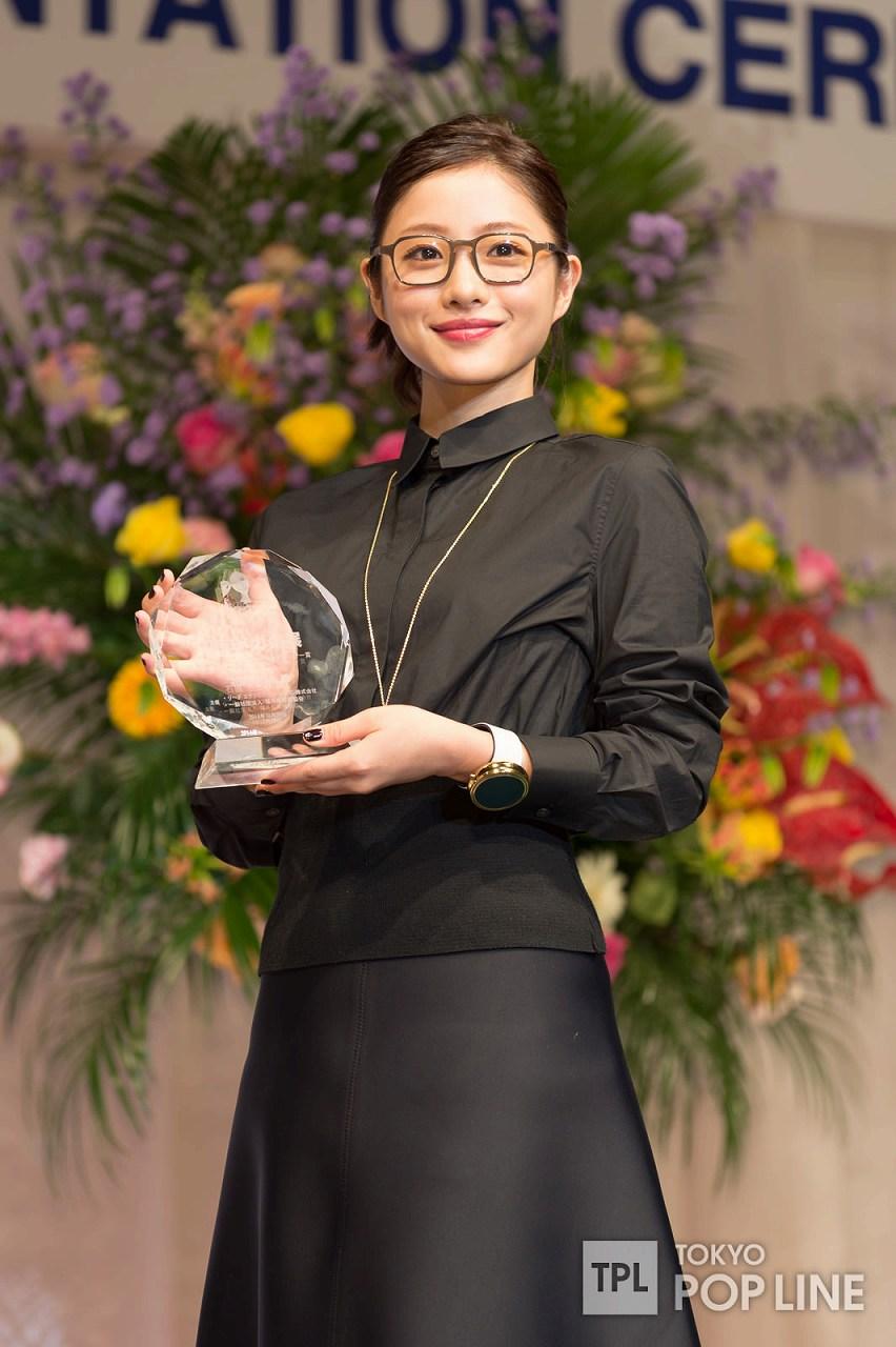 「第27回日本メガネベストドレッサー賞」を受賞した石原さとみ