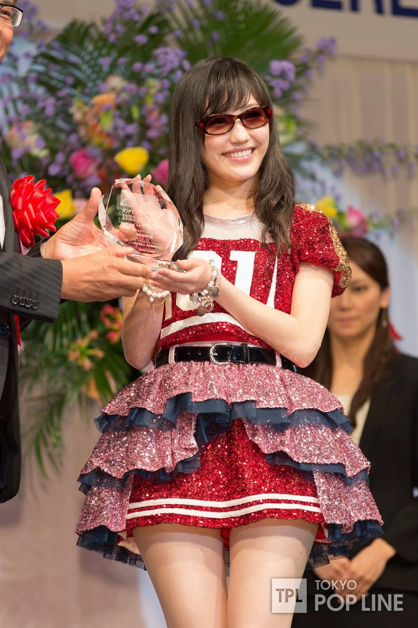 「第27回日本メガネベストドレッサー賞」を受賞したAKB48の渡辺麻友