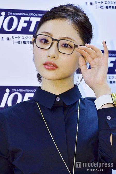 「第27回日本メガネベストドレッサー賞」で眼鏡姿の石原さとみ
