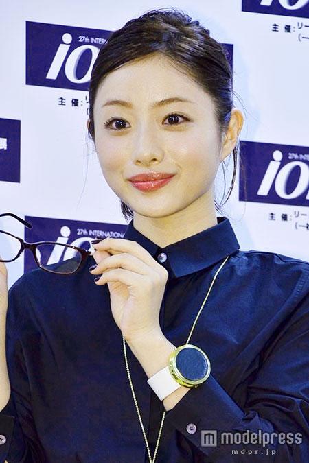 「第27回日本メガネベストドレッサー賞」でメガネ姿の石原さとみ