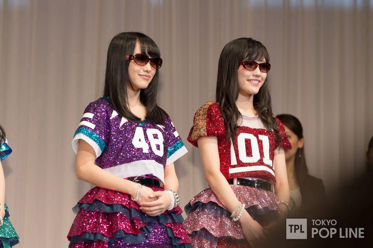 「第27回日本メガネベストドレッサー賞」を受賞したAKB48の渡辺麻友と向井地美音