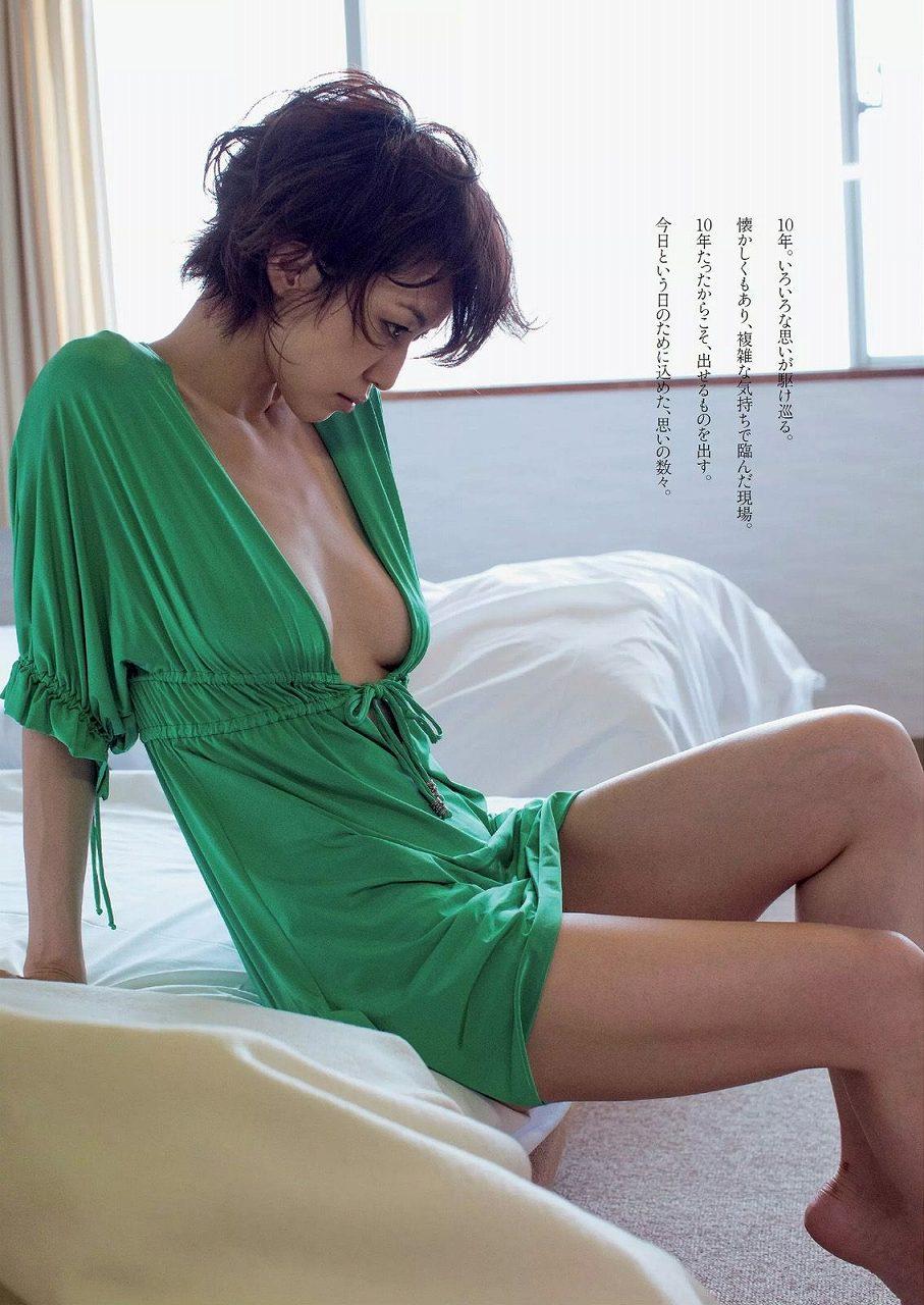 10年ぶりにグラビア復帰した及川奈央の週刊プレイボーイ画像