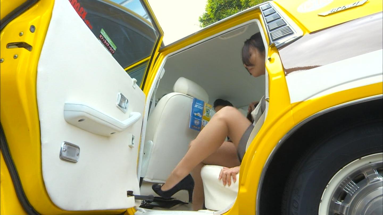 ドラマ「素敵な選TAXI」、タクシーを降りる木村文乃のセクシーな脚