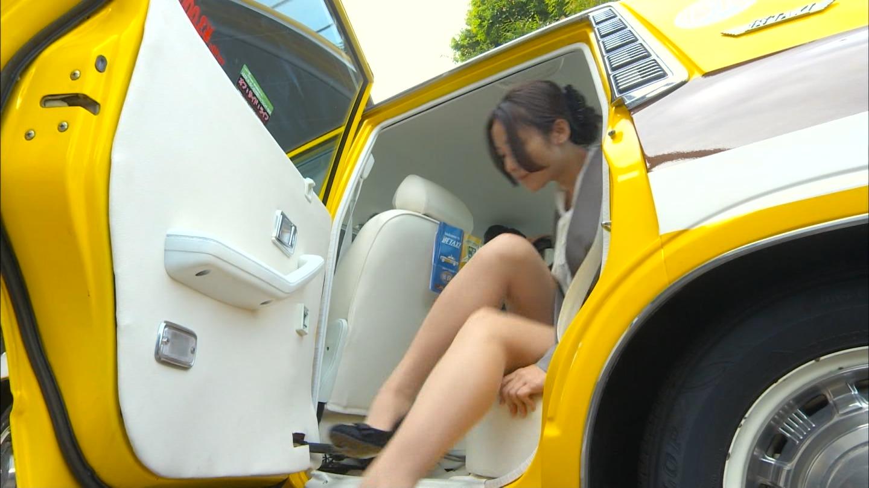 ドラマ「素敵な選TAXI」、タクシーを降りる木村文乃のセクシーな太もも