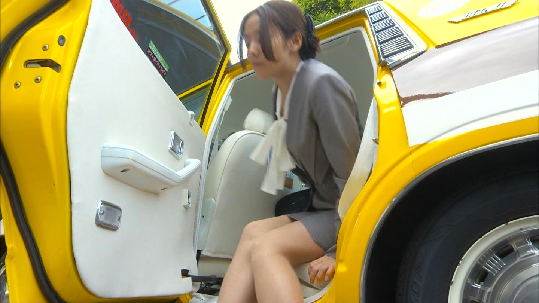 ドラマ「素敵な選TAXI」、車を降りる木村文乃のエロい脚