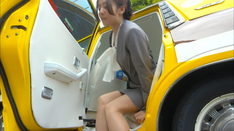 ドラマ「素敵な選TAXI」、車を降りる木村文乃のエロい太もも