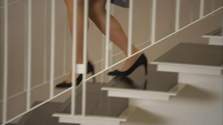 ドラマ「素敵な選TAXI」、階段を駆け下りる木村文乃の脚