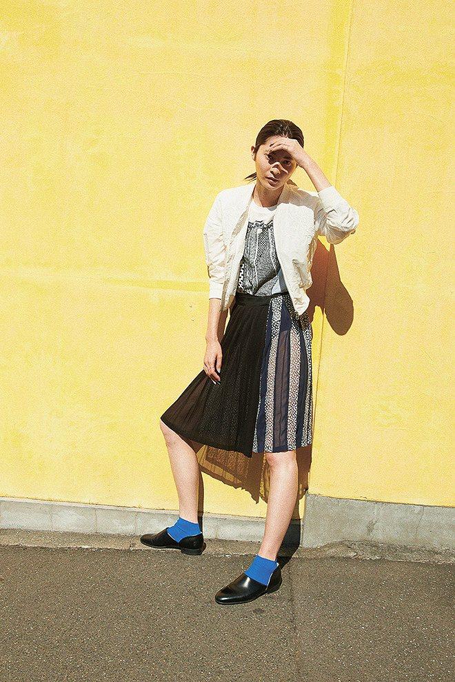 PONTIの下着が透けるプリーツスカートを履いた女
