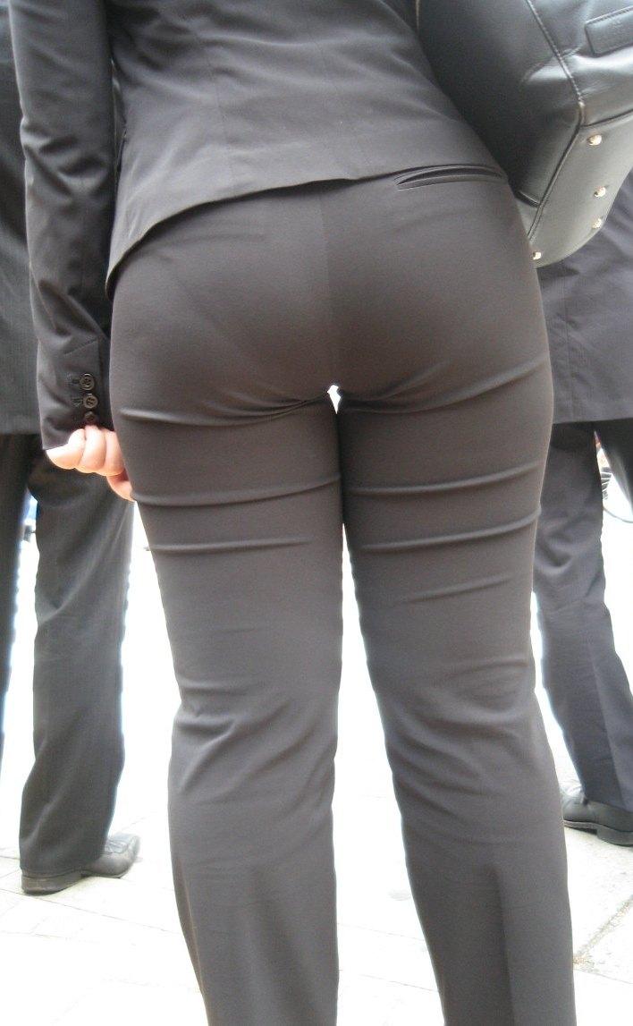 パンツスーツのパンツがピチピチでパン線が見えてる女