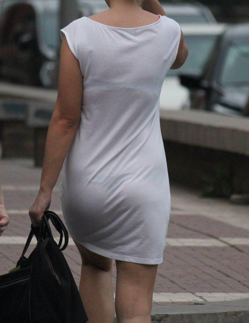 薄いスカートでパンツがスケスケな女