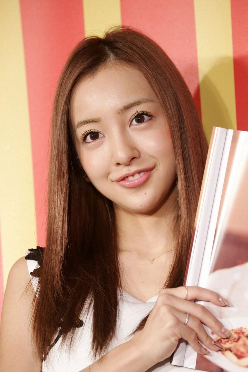 ドキュメントフォトブックの発売記念イベントに出席した板野友美