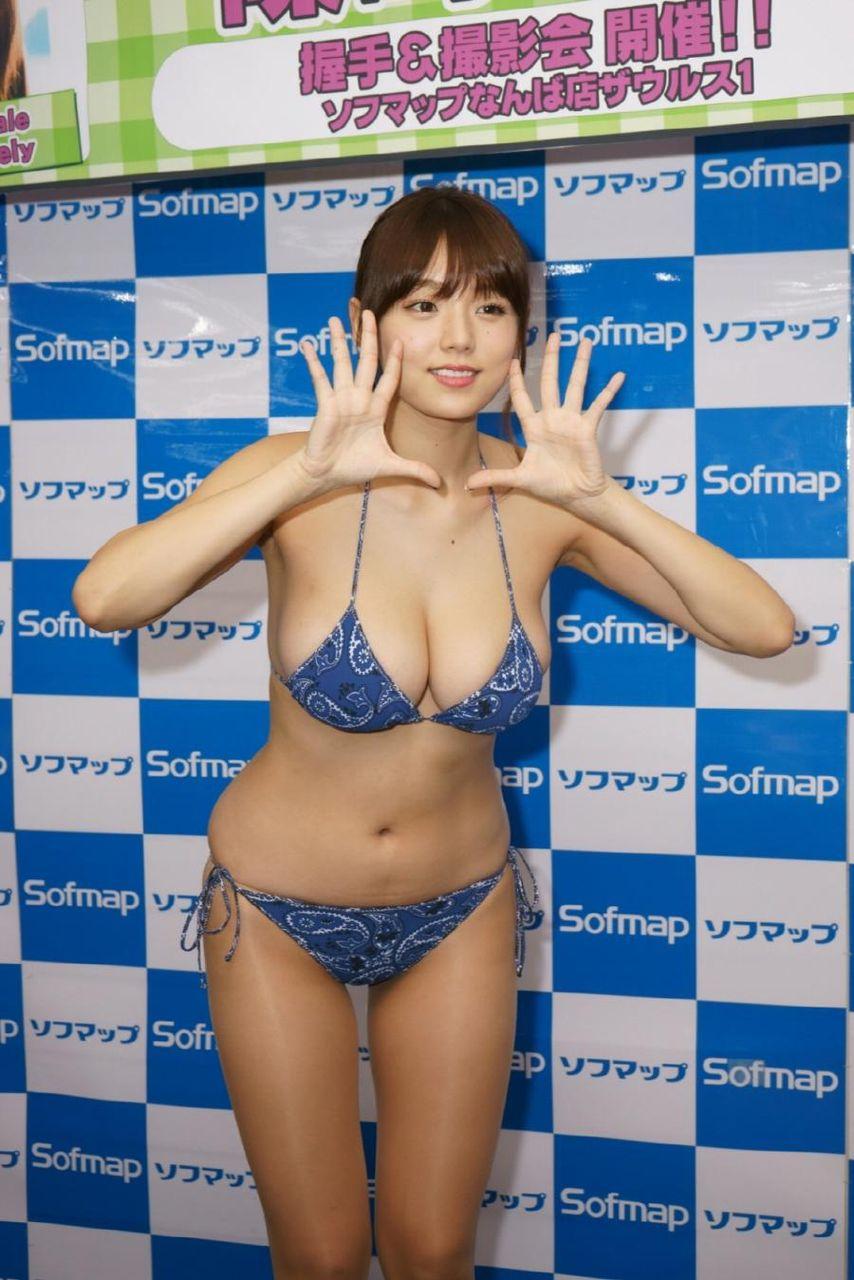 DVDの発売記念イベントでソフマップに登場した篠崎愛