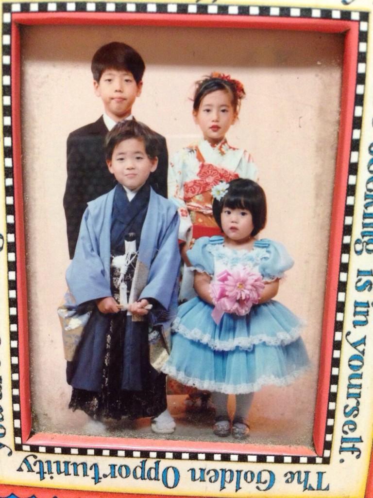 幼少期の藤澤季美歌さんとふたりの兄、妹の家族写真
