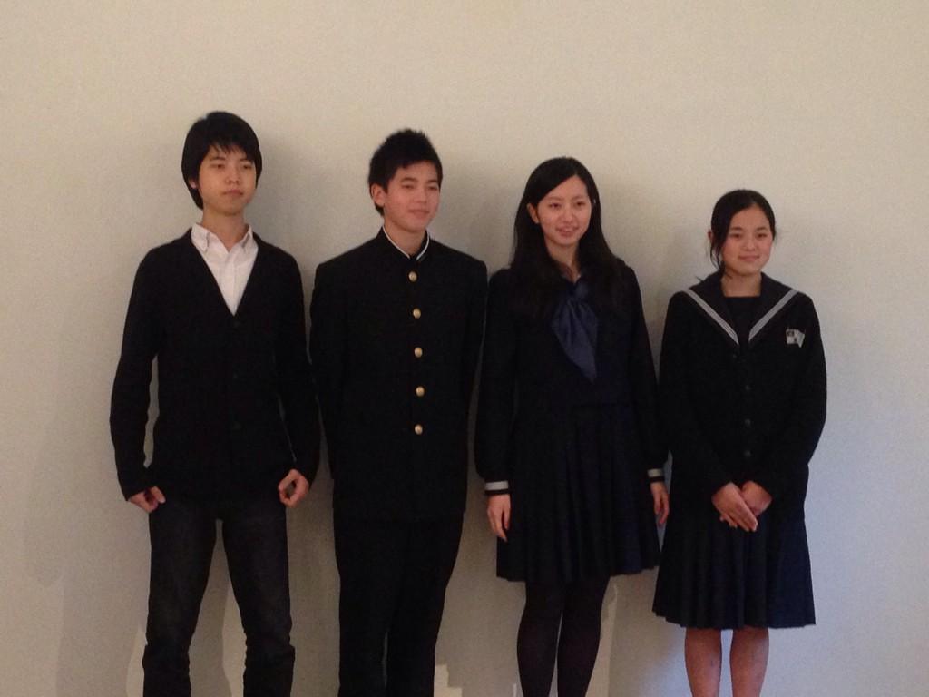 高校卒業記念に撮った藤澤季美歌さんとふたりの兄、妹の家族写真