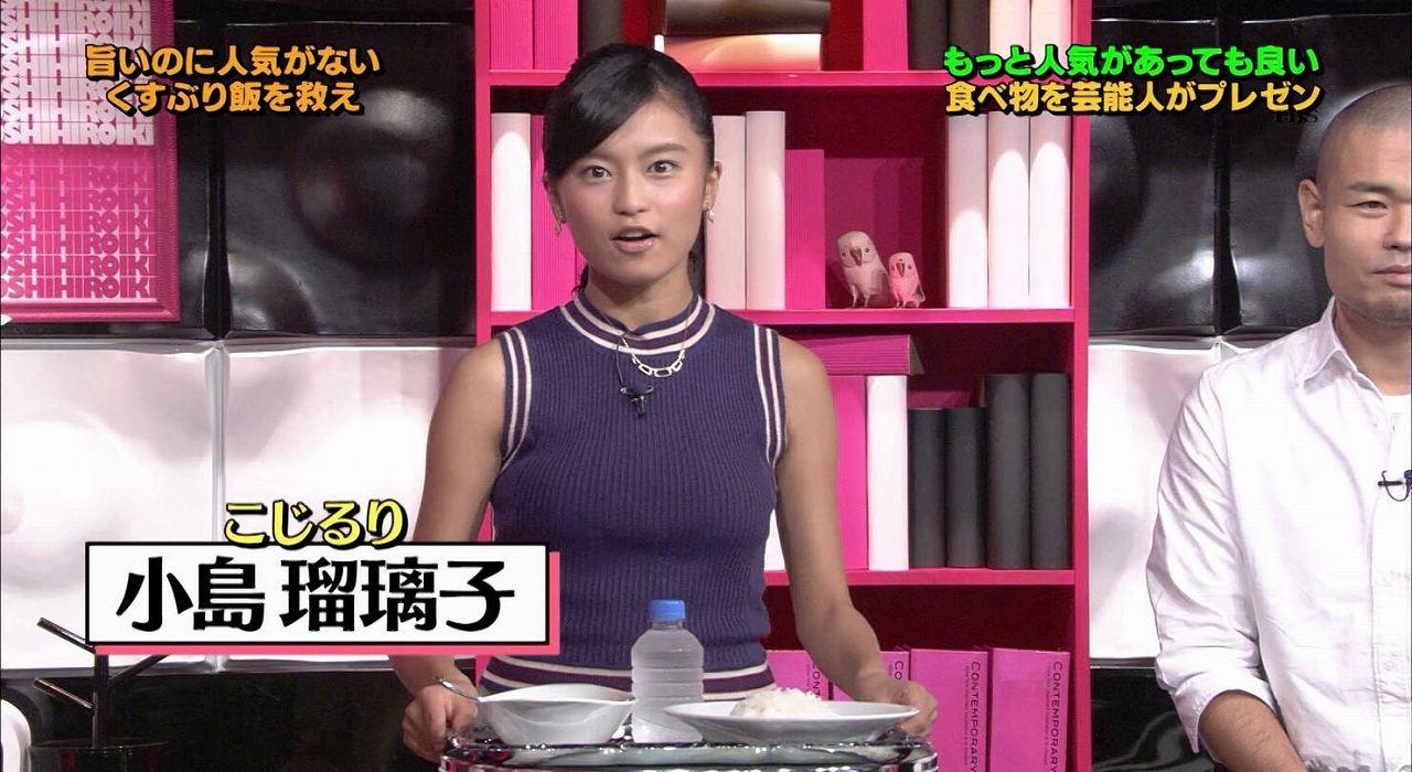 ノースリーブニットを着て強調された小島瑠璃子(こじるり)の胸