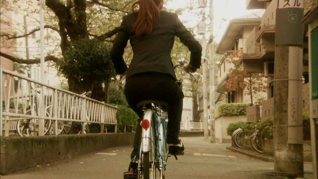 ドラマでパンツスーツを着た北川景子のお尻