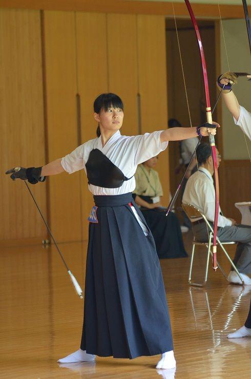 弓道をする女子高生