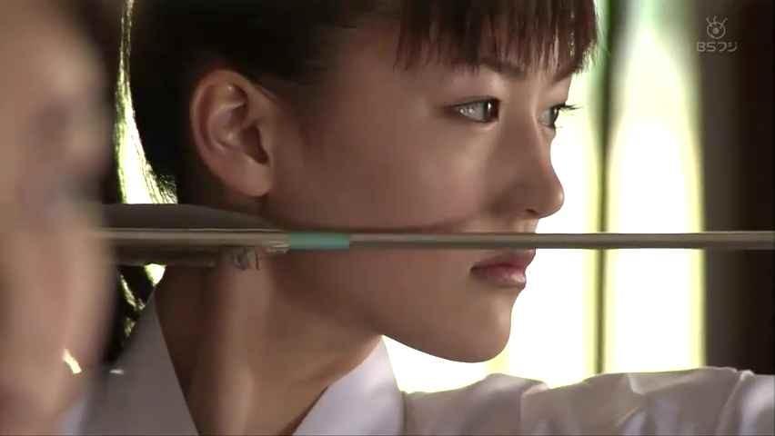ドラマ「冬空に月は輝く」で弓道をする綾瀬はるか