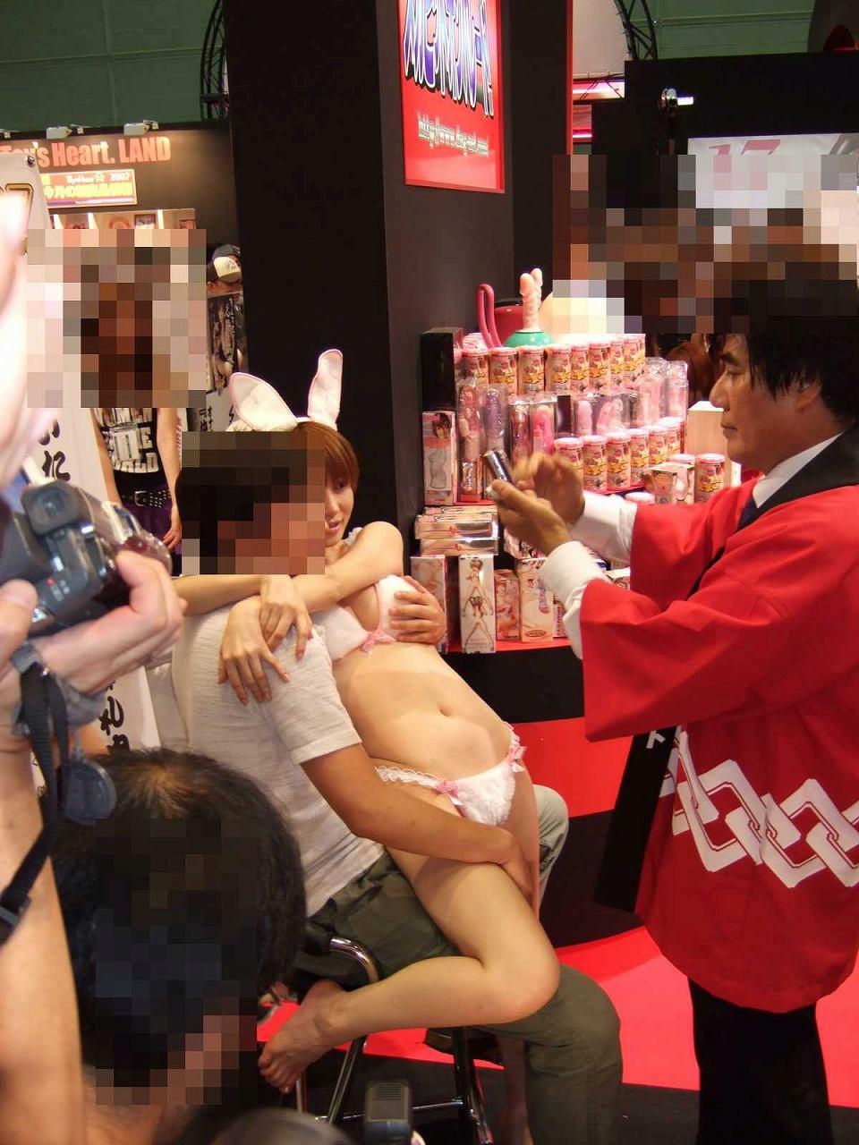 AV女優・里美ゆりあの撮影会で撮影されたファンとの画像
