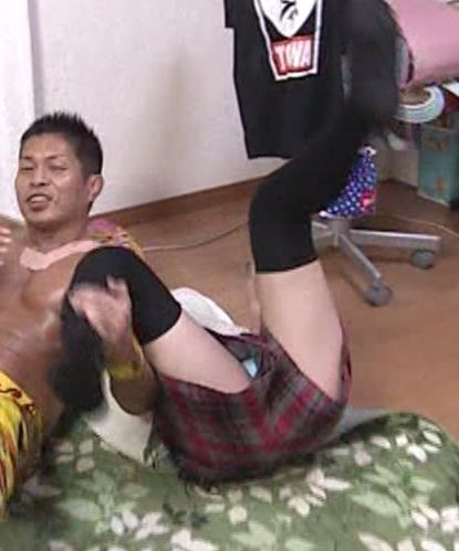 テレ東の生放送「トーキョーライブ22時」で女子小学生がプロレスやってパンチラ