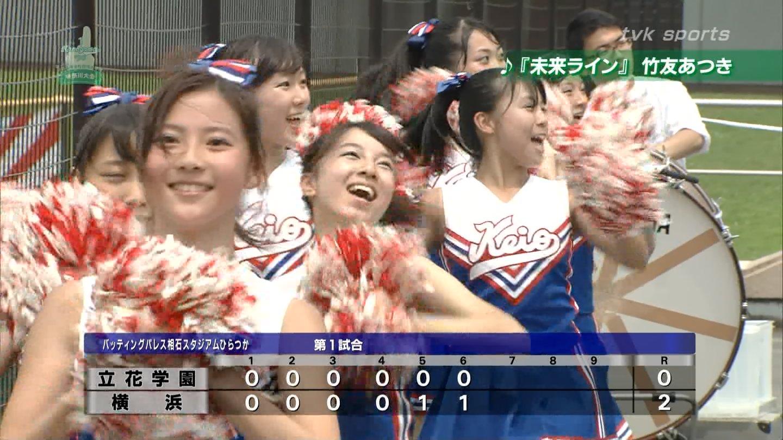 球場で応援する慶應のチアガール