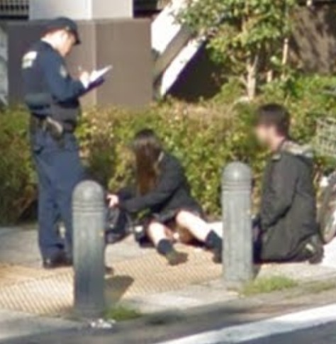 Googleストリートビューに写った制服姿の女子高生のパンチラ