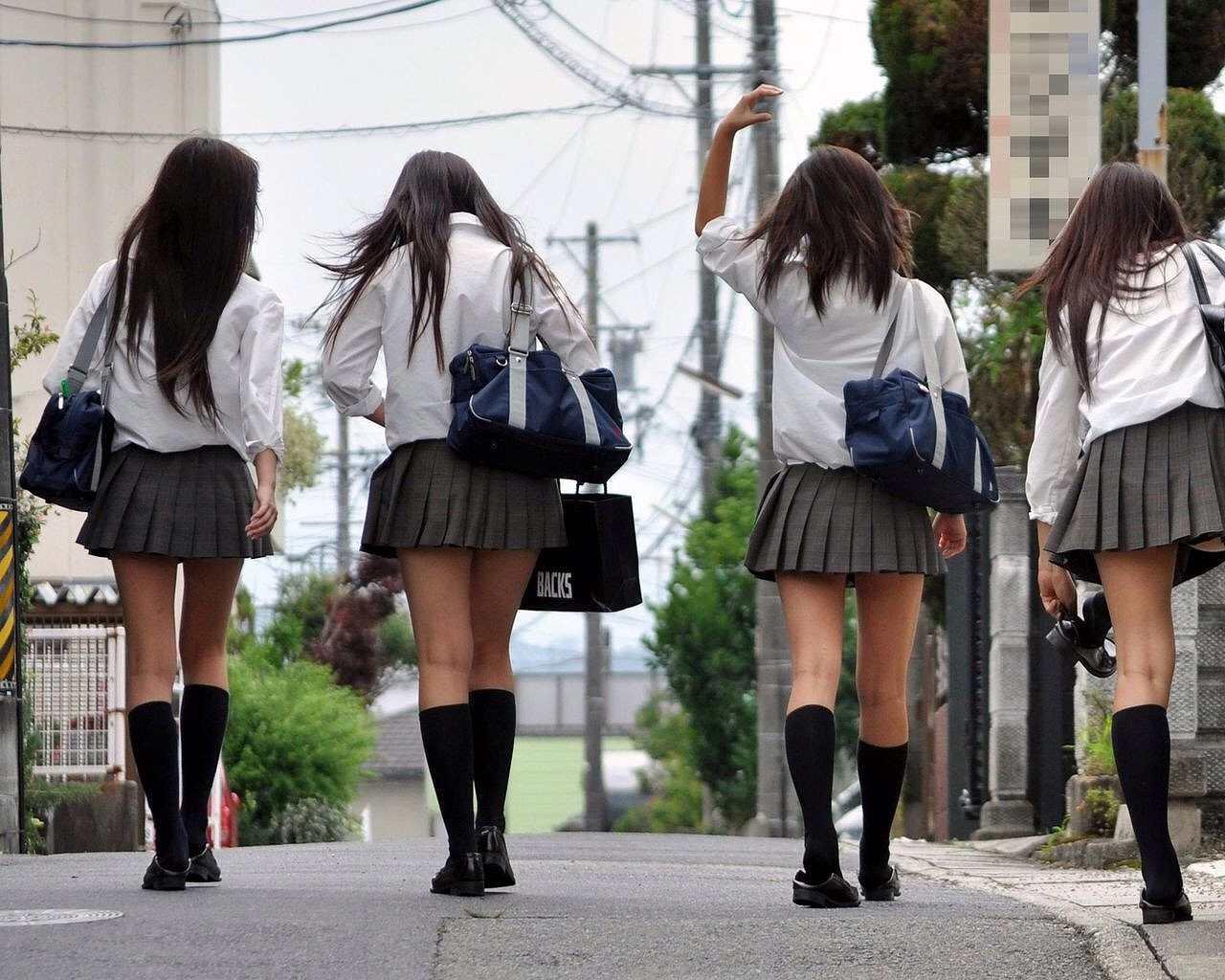 制服姿の女子高生の後ろ姿