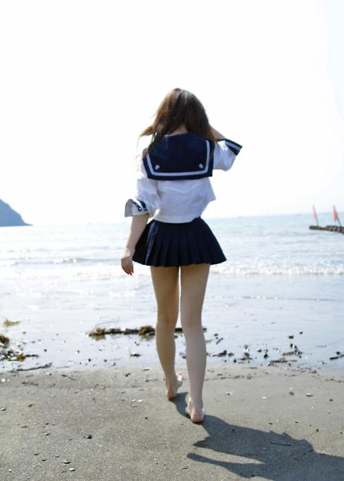 セーラー服を着た女子高生の後ろ姿
