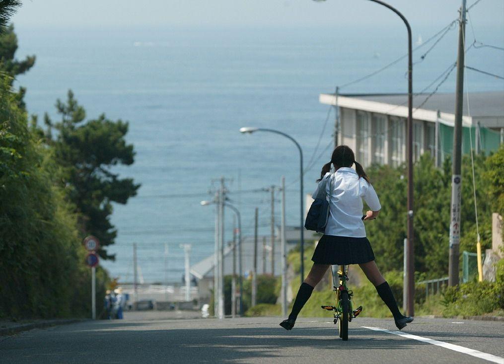 自転車に乗る女子高生の後ろ姿