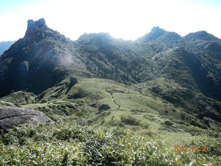 栗生岳の登りから翁岳を振り返る