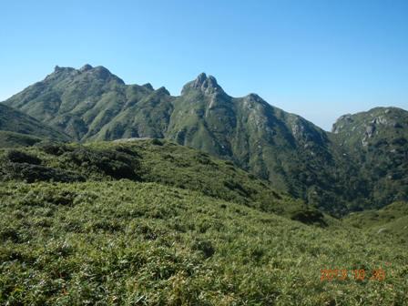 永田岳(左)とネマチ(中央)の岩峰