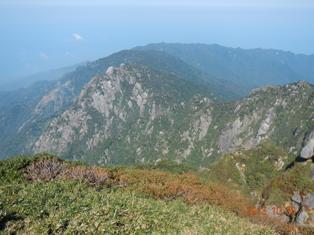 障子岳の岩壁群:永田岳から