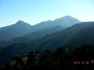 新高塚小屋手前から宮之浦岳(右)と翁岳
