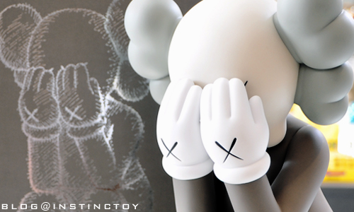blogtop-kaws-passing-through.jpg
