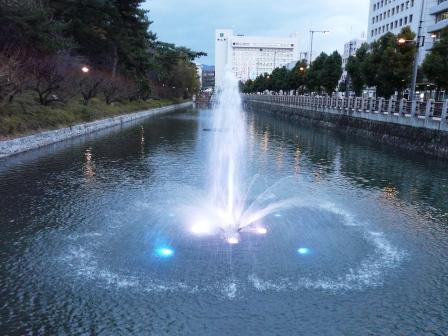 お堀の噴水のライトアップ 1