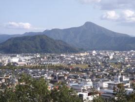 編集_編集_031山頂から日野山を臨む