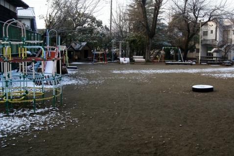 2007-08-23 平成25年度1月22日園庭雪 003 (800x536)