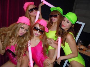 クラブでセクシー衣装で踊るビッチギャル