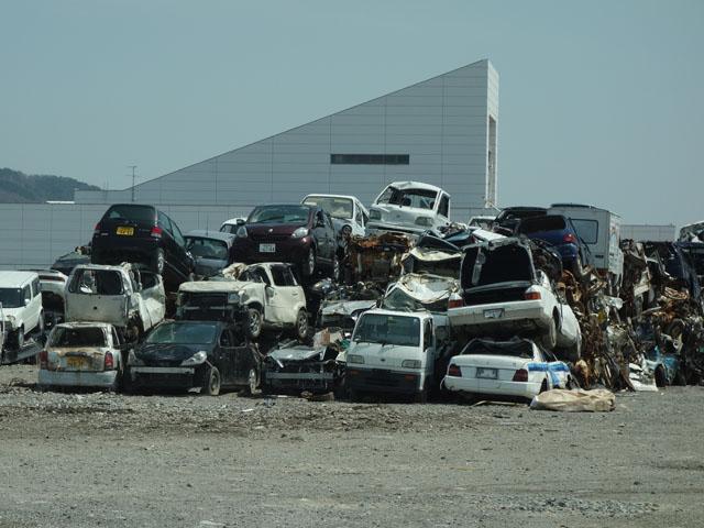 壊れた車の山