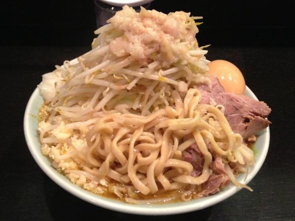 ラーメンマシンガン 醤油二型(大) ニンニク、アブラ多め 麺