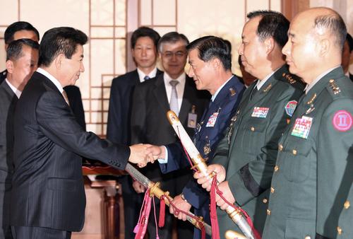 日本刀まがいの軍刀を親授 ば韓国