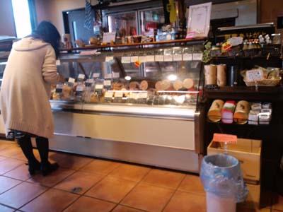 片山肉店店内ショーケースハムソーセージ