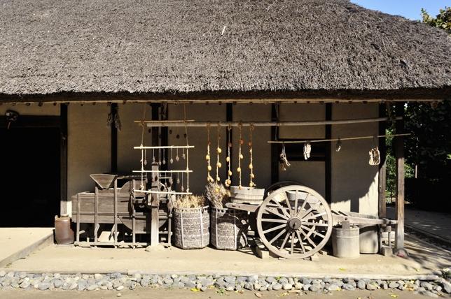 少し近づくと昔使っていたと思われる農具などが展示されています。