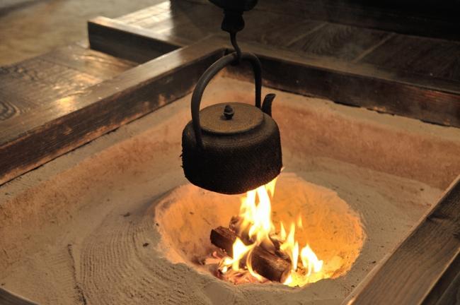 囲炉裏に鉄瓶、良いですね。