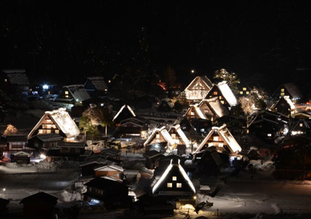 岐阜県白川村の白川郷で18日、合掌造り集落のライトアップ ③